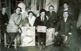 К.С. Малевич (в центре) со своими учениками